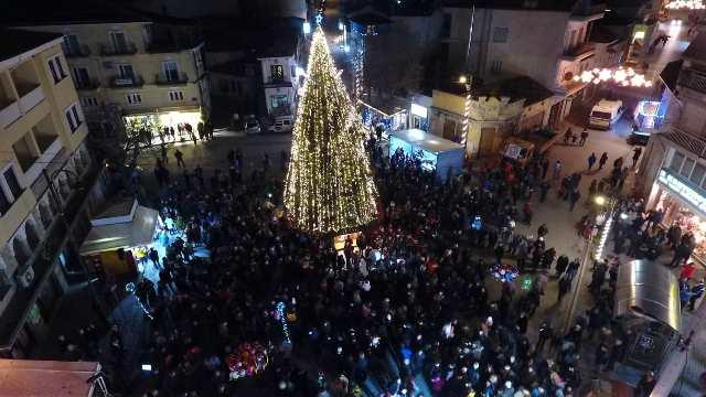 Με πρωταγωνιστές τα παιδιά και πολλές εκπλήξεις φωταγωγήθηκε το χριστουγεννιάτικο δέντρο στο Άργος Ορεστικό