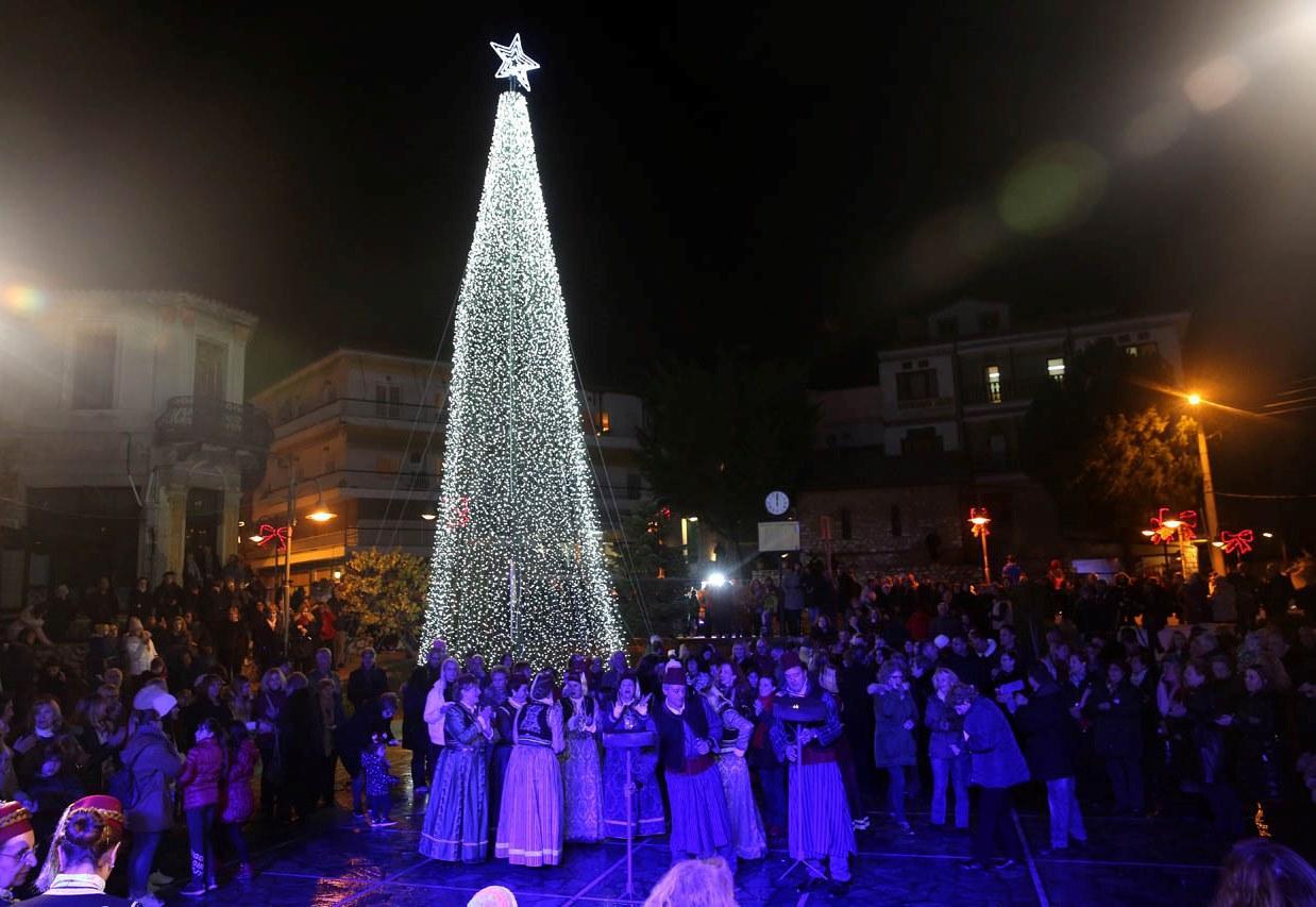 Φωταγωγήθηκε το Χριστουγεννιάτικο Δέντρο στην Καστοριά