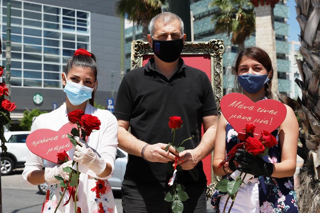 Ο Δήμος Πειραιά τίμησε τη γιορτή της Μητέρας: Χιλιάδες τριαντάφυλλα προσφέρθηκαν στις γειτονιές της πόλης και στα νοσοκομεία Τζάνειο και Μεταξά